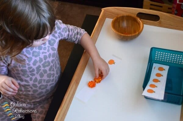 Pumpkin counting tot school tray. www.GoldenReflectionsBlog.com